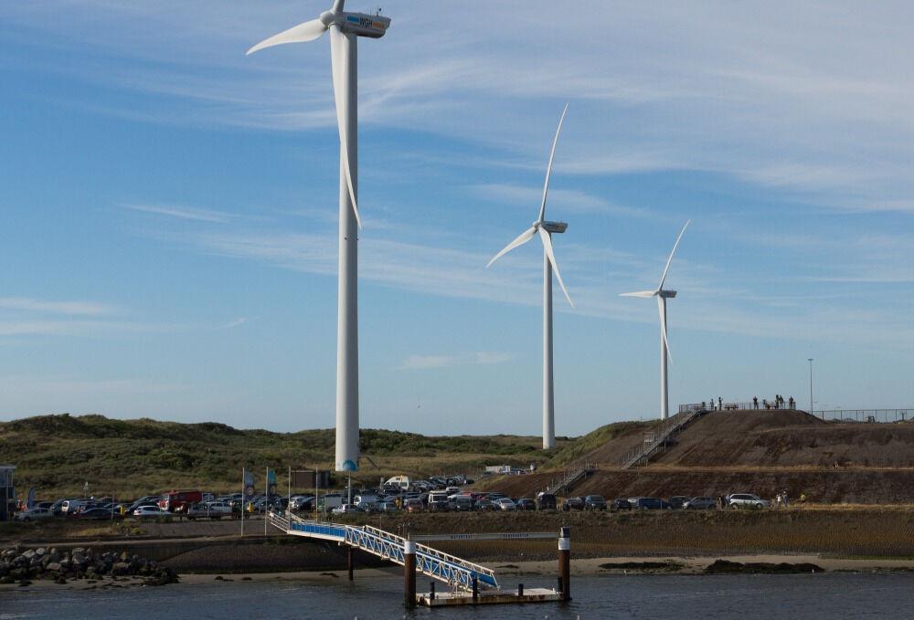 Ветряки на берегу Северного моря в Нидерландах
