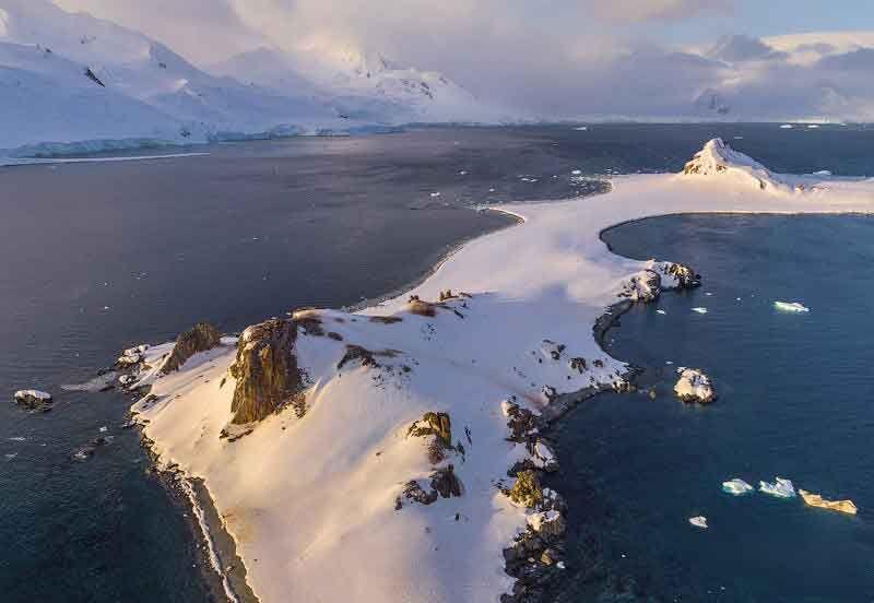 Остров Полумесяца в холодной Антарктиде